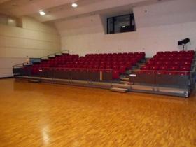 ホール内固定観覧席132席